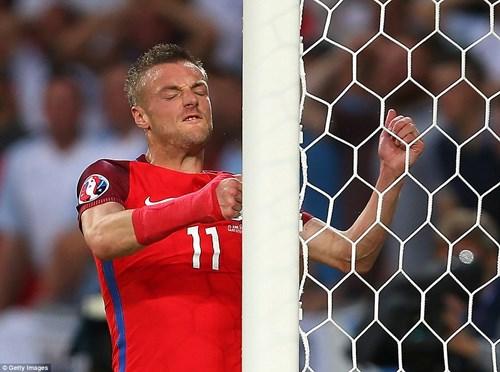 Bị Slovakia 'cưa điểm', cầu thủ Anh ôm vợ tìm an ủi - 2