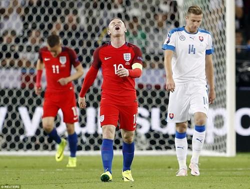 Bị Slovakia 'cưa điểm', cầu thủ Anh ôm vợ tìm an ủi - 3