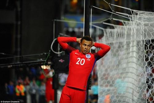 Bị Slovakia 'cưa điểm', cầu thủ Anh ôm vợ tìm an ủi - 4