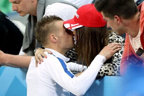 Bị Slovakia 'cưa điểm', cầu thủ Anh ôm vợ tìm an ủi - 5
