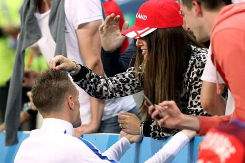 Bị Slovakia 'cưa điểm', cầu thủ Anh ôm vợ tìm an ủi - 6