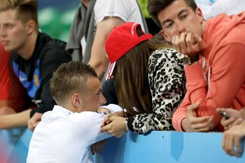 Bị Slovakia 'cưa điểm', cầu thủ Anh ôm vợ tìm an ủi - 7
