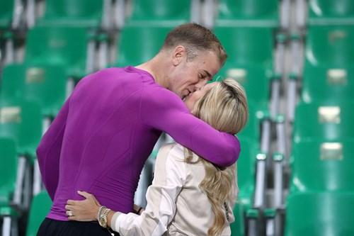 Bị Slovakia 'cưa điểm', cầu thủ Anh ôm vợ tìm an ủi - 8