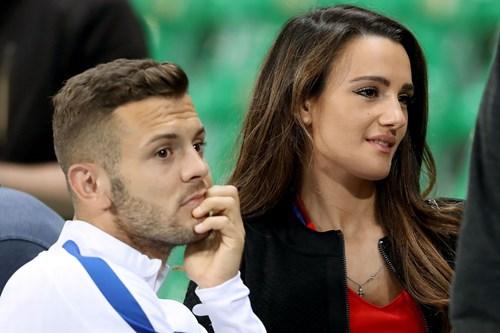 Bị Slovakia 'cưa điểm', cầu thủ Anh ôm vợ tìm an ủi - 9