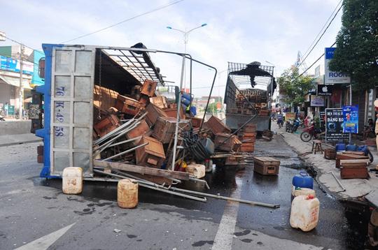 Xe tải chở ong lật, ong đốt nhiều người đi đường - 1