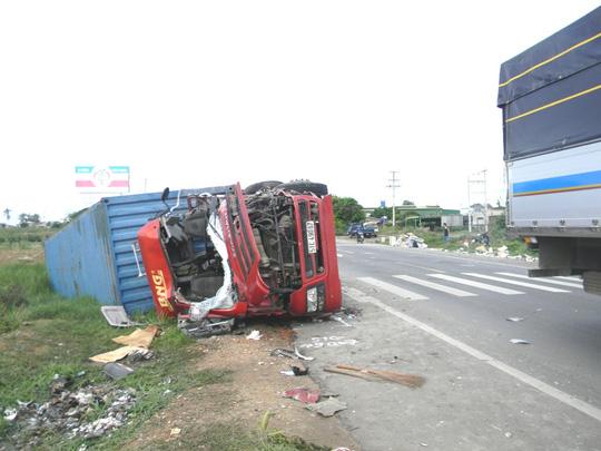 Xe tải và xe container đối đầu, 2 tài xế chết tại chỗ - 1
