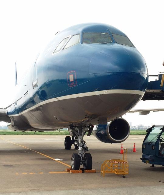 Nứt kính buồng lái, máy bay đi Cần Thơ hạ cánh ở TP.HCM - 2