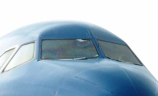 Nứt kính buồng lái, máy bay đi Cần Thơ hạ cánh ở TP.HCM - 1