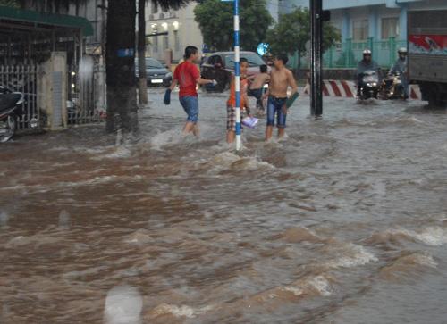 Mưa 30 phút, nước cuốn trôi hàng chục xe máy trên phố - 2
