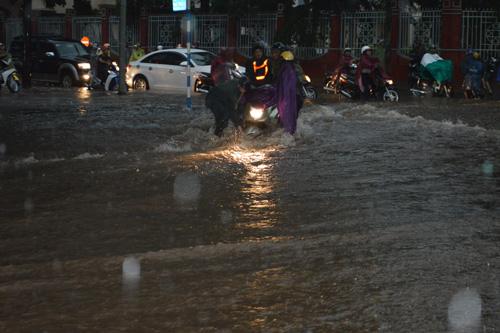 Mưa 30 phút, nước cuốn trôi hàng chục xe máy trên phố - 3