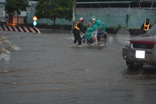 Mưa 30 phút, nước cuốn trôi hàng chục xe máy trên phố - 4