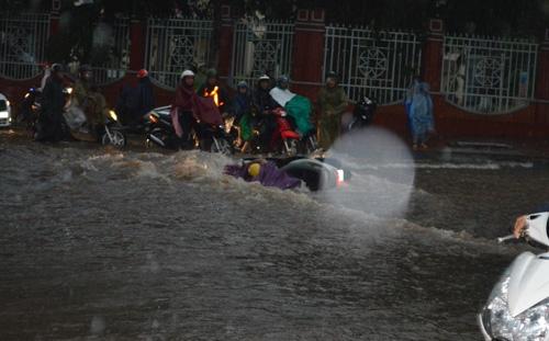 Mưa 30 phút, nước cuốn trôi hàng chục xe máy trên phố - 1