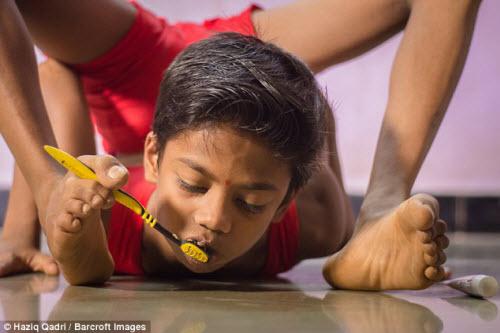 """Cậu bé """"người rắn"""" có khả năng uốn dẻo kỳ tài ở Ấn Độ - 3"""