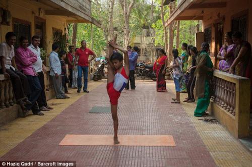"""Cậu bé """"người rắn"""" có khả năng uốn dẻo kỳ tài ở Ấn Độ - 6"""
