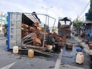 Tin tức trong ngày - Xe tải chở ong lật, ong đốt nhiều người đi đường