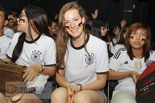 """Người đẹp nước Đức ấn tượng với fan """"Xe tăng"""" tại TP.HCM - 1"""