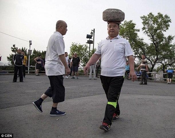 Giảm cân kiểu Trung Quốc: Đội đá 40kg đi dạo - 1