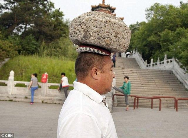 Giảm cân kiểu Trung Quốc: Đội đá 40kg đi dạo - 3