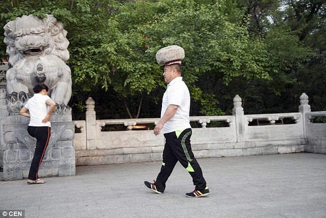Giảm cân kiểu Trung Quốc: Đội đá 40kg đi dạo - 4