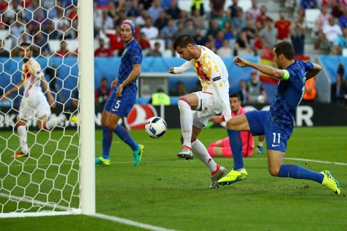 """Ảnh đẹp Euro 22/6: Khi """"nhà vua"""" phải quỳ gối - 10"""