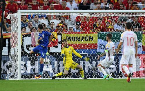 """Ảnh đẹp Euro 22/6: Khi """"nhà vua"""" phải quỳ gối - 11"""