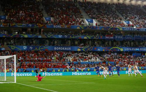 """Ảnh đẹp Euro 22/6: Khi """"nhà vua"""" phải quỳ gối - 12"""