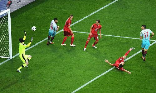 """Ảnh đẹp Euro 22/6: Khi """"nhà vua"""" phải quỳ gối - 14"""