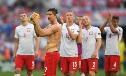 """Ảnh đẹp Euro 22/6: Khi """"nhà vua"""" phải quỳ gối - 5"""