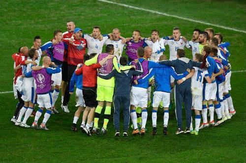 """Ảnh đẹp Euro 22/6: Khi """"nhà vua"""" phải quỳ gối - 8"""