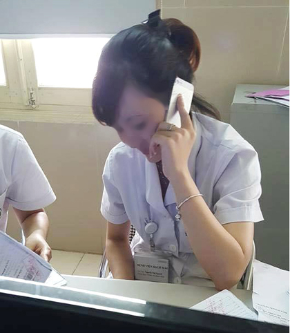 """Dừng hợp đồng với nhân viên bệnh viện """"buôn"""" điện thoại - 1"""