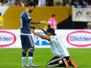 Bóng đá - Fan cuồng vái lạy Messi như thánh sống trên sân