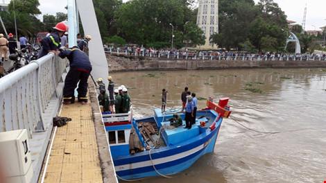 Giải cứu thành công tàu mắc kẹt dưới cầu Lê Hồng Phong - 16