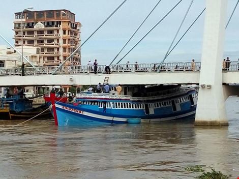 Giải cứu thành công tàu mắc kẹt dưới cầu Lê Hồng Phong - 18