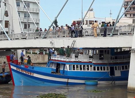 Giải cứu thành công tàu mắc kẹt dưới cầu Lê Hồng Phong - 9