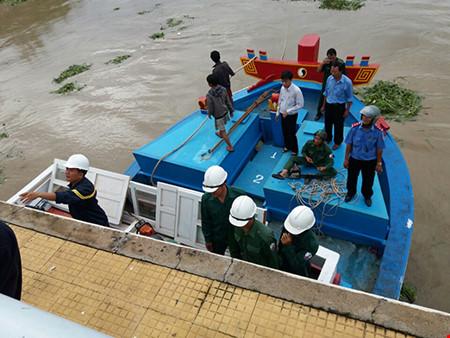 Giải cứu thành công tàu mắc kẹt dưới cầu Lê Hồng Phong - 6
