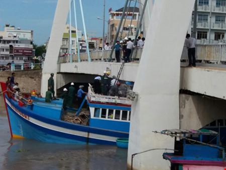 Giải cứu thành công tàu mắc kẹt dưới cầu Lê Hồng Phong - 7