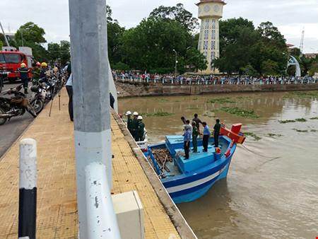 Giải cứu thành công tàu mắc kẹt dưới cầu Lê Hồng Phong - 8