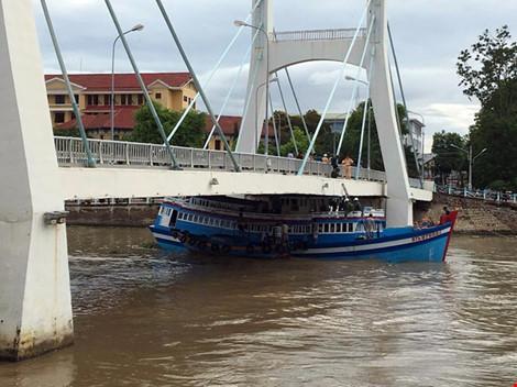 Giải cứu thành công tàu mắc kẹt dưới cầu Lê Hồng Phong - 11