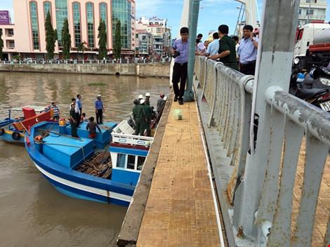 Giải cứu thành công tàu mắc kẹt dưới cầu Lê Hồng Phong - 12