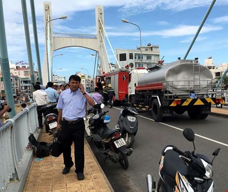 Giải cứu thành công tàu mắc kẹt dưới cầu Lê Hồng Phong - 13