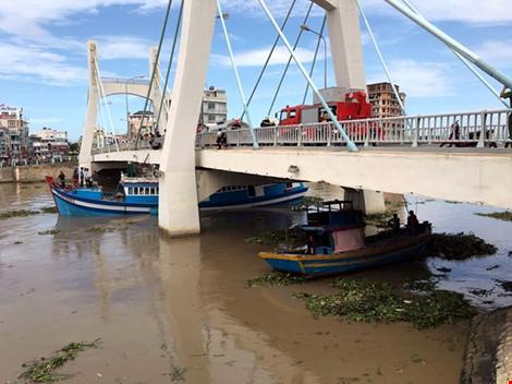 Giải cứu thành công tàu mắc kẹt dưới cầu Lê Hồng Phong - 14