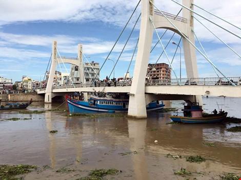 Giải cứu thành công tàu mắc kẹt dưới cầu Lê Hồng Phong - 15