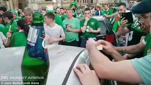 Ăn mừng quá tay làm hỏng ô tô người Pháp, CĐV Ireland nhét tiền...đền - 2
