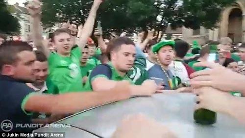 Ăn mừng quá tay làm hỏng ô tô người Pháp, CĐV Ireland nhét tiền...đền - 3