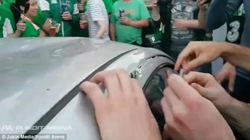 Ăn mừng quá tay làm hỏng ô tô người Pháp, CĐV Ireland nhét tiền...đền - 4
