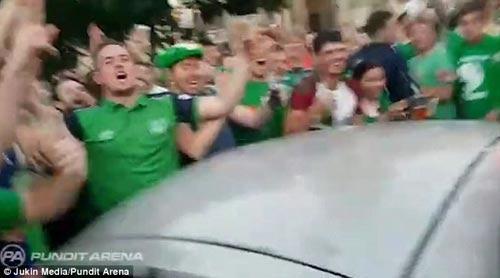 Ăn mừng quá tay làm hỏng ô tô người Pháp, CĐV Ireland nhét tiền...đền - 5