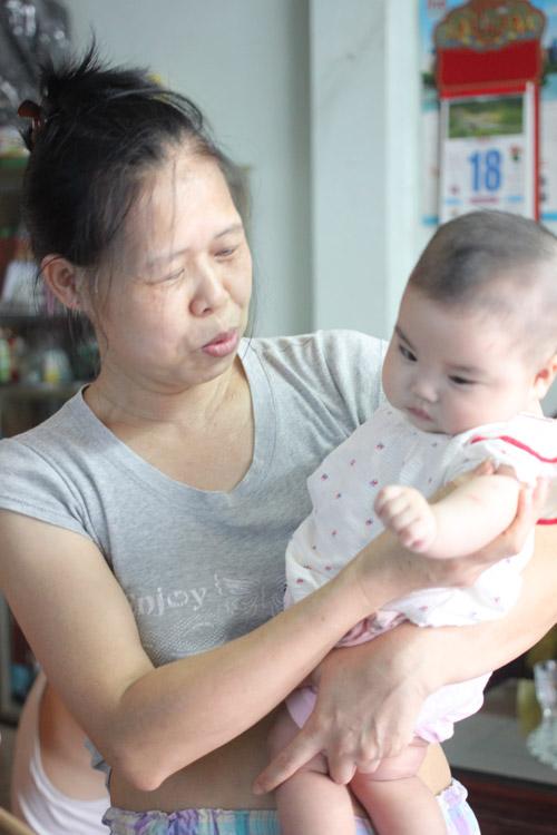 Người đàn bà 53 tuổi vỡ òa hạnh phúc khi được làm mẹ - 1