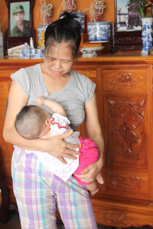 Người đàn bà 53 tuổi vỡ òa hạnh phúc khi được làm mẹ - 4