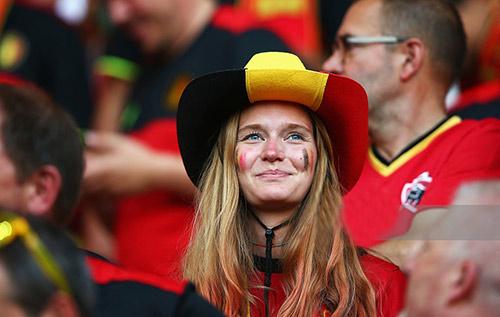 """Fan nữ xinh đẹp """"đốt cháy"""" khán đài Euro 2016 - 7"""