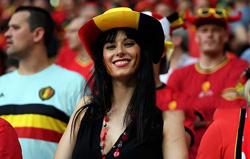 """Fan nữ xinh đẹp """"đốt cháy"""" khán đài Euro 2016 - 8"""